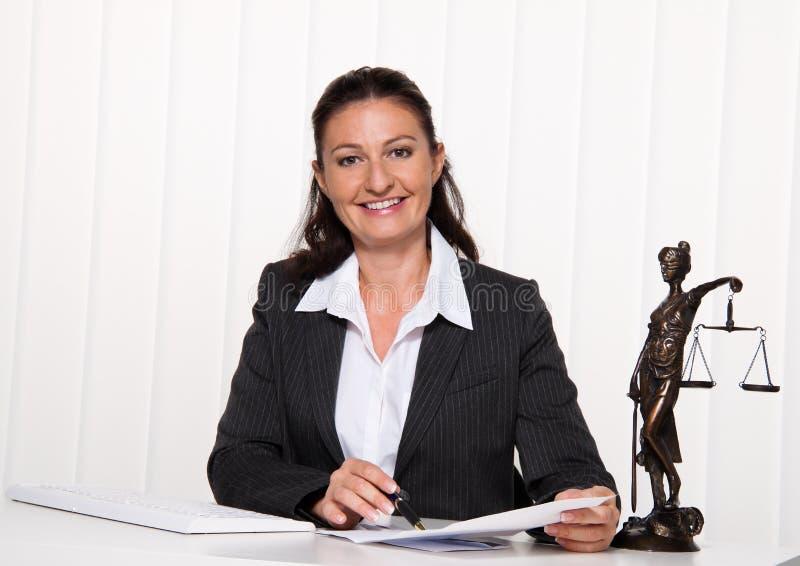 Rechtsanwalt im Büro. stockfotos