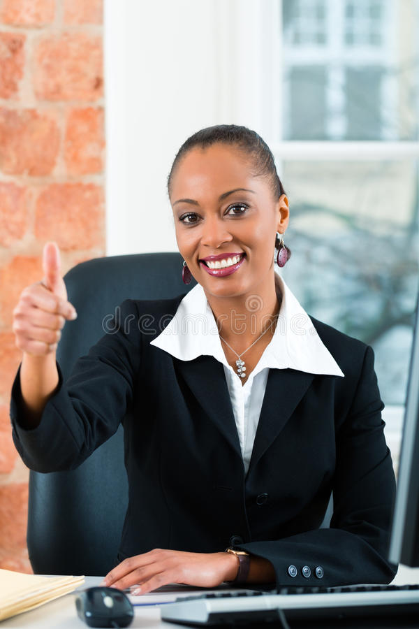 Rechtsanwalt im Büro, das auf dem Computer sitzt lizenzfreies stockbild