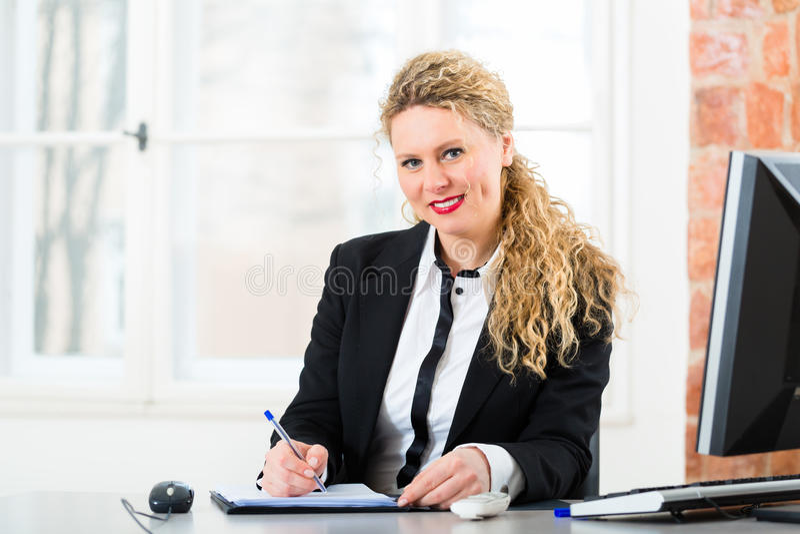 Rechtsanwalt im Büro, das auf dem Computer sitzt stockfoto