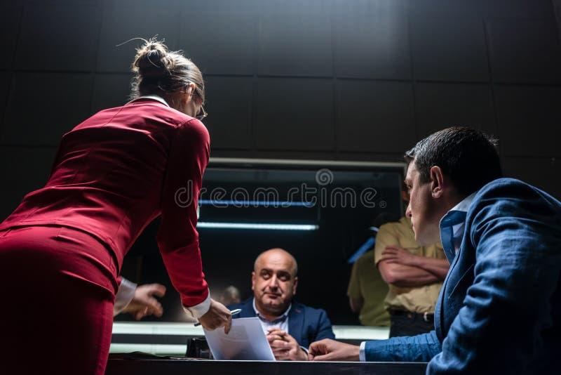 Rechtsanwalt im Widerspruch mit dem Verfolger während der Anhörung lizenzfreies stockfoto