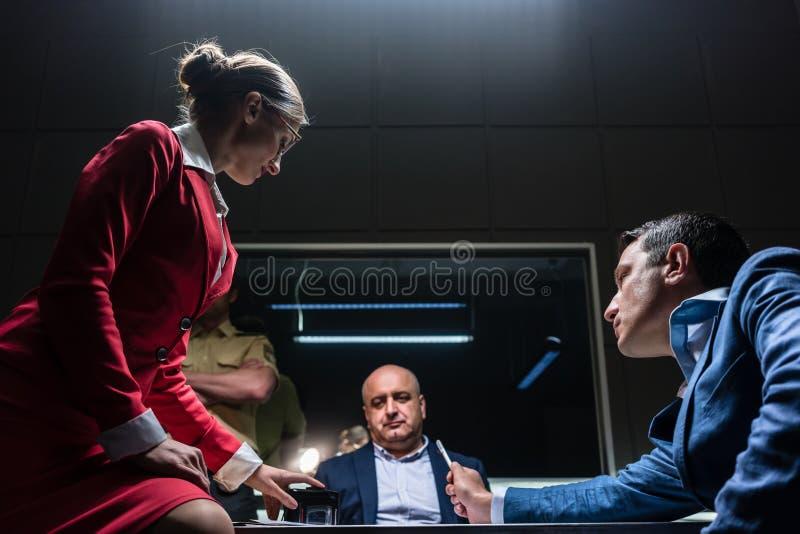 Rechtsanwalt im Widerspruch mit dem Verfolger während des Hörens von einen Verdächtigen stockfoto