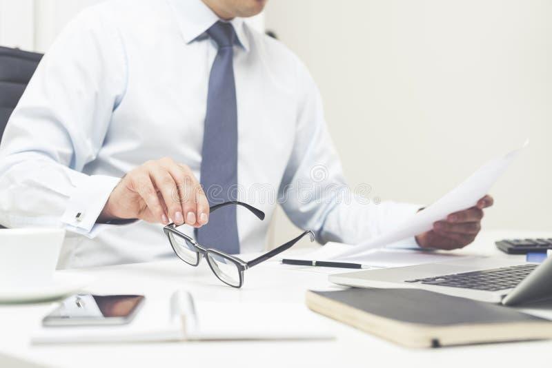 Rechtsanwalt liest ein Dokument lizenzfreies stockbild