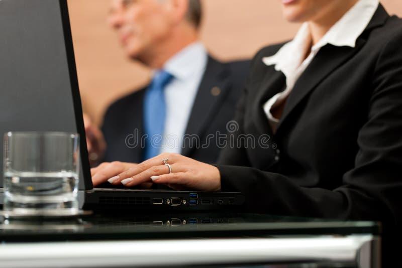 Rechtsanwalt mit seinem Sekretär lizenzfreie stockbilder