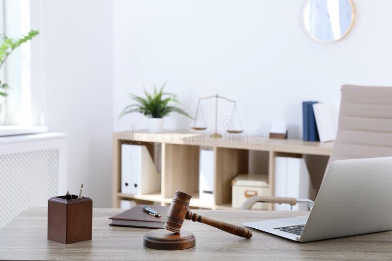 Rechtsanwalt ` s Arbeitsplatz mit Laptop lizenzfreie stockfotografie