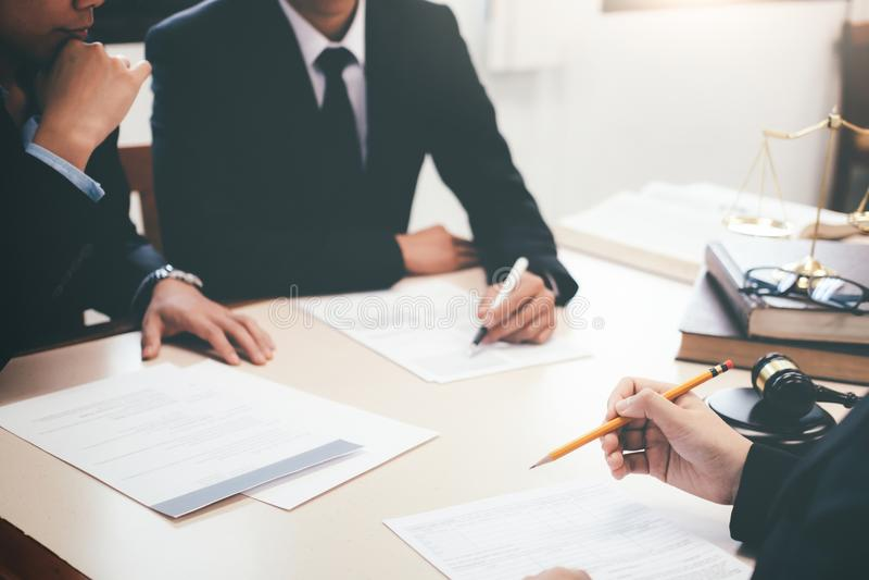 Rechtsanwalt und Rechtsanwalt, die Teambesprechung an der Sozietät haben lizenzfreies stockfoto