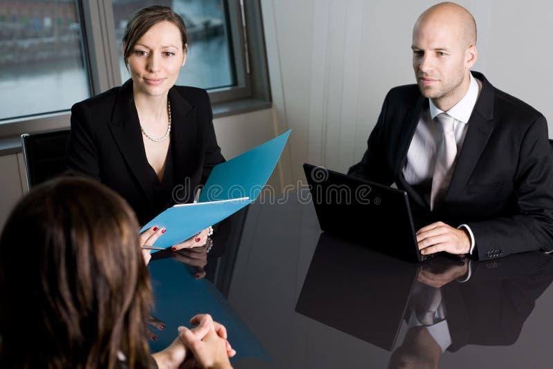 Rechtsanwaltberatung in einem Büro lizenzfreies stockfoto