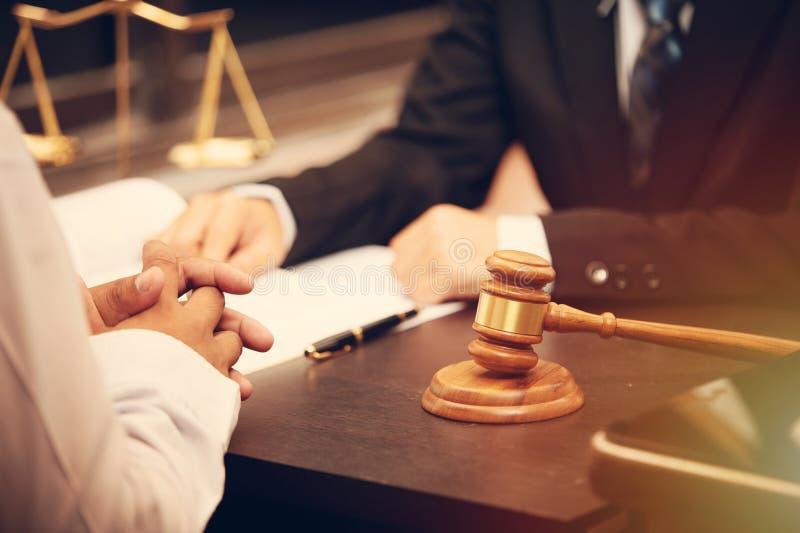 Rechtsanwaltunterhaltung und -entscheidung stockbild