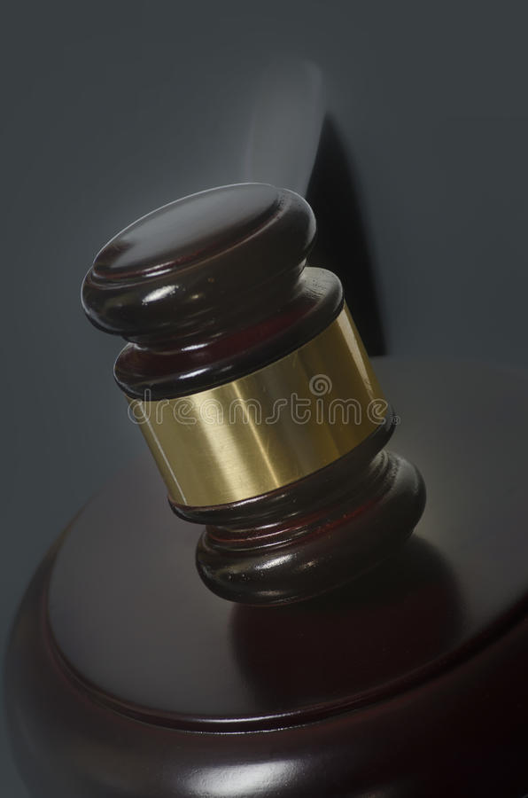Rechtsauffassungshammer und Gesetzbücher stockfotos