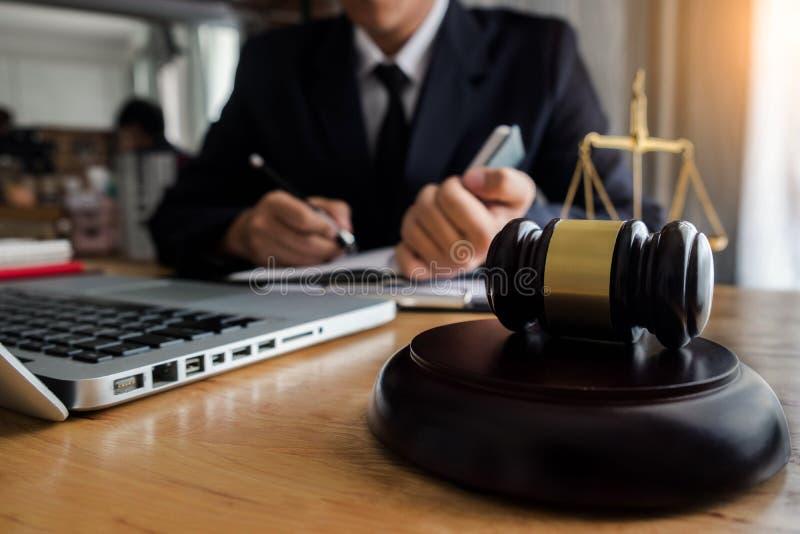Rechtsberater stellt dem Kunden einen unterzeichneten Vertrag mit Hammer und legalem Gesetz dar lizenzfreie stockbilder