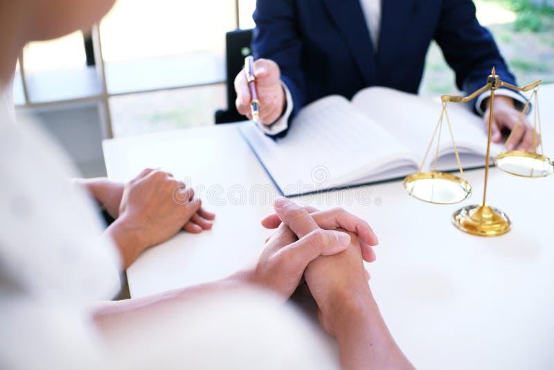 Rechtsberater stellt sich dem Kunden dar, den ein unterzeichneter Vertrag mit gab lizenzfreie stockbilder