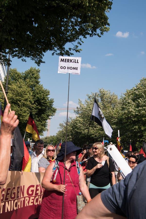 Rechtse vrouw ` s maart in Berlin Germany stock foto's
