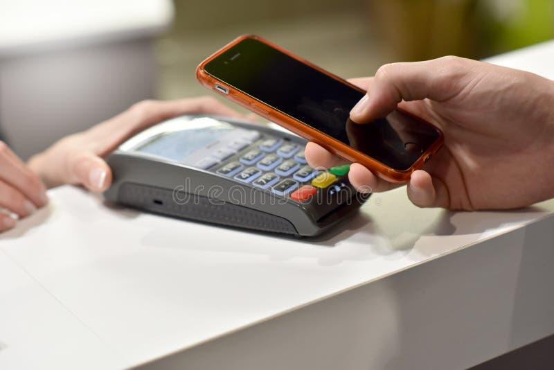 Rechtstreekse betaling met smartphone stock afbeelding