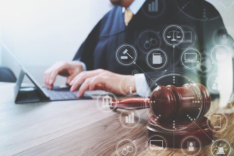 Rechtvaardigheid en wetsconcept Mannelijke rechter in een rechtszaal met de hamer royalty-vrije stock afbeelding