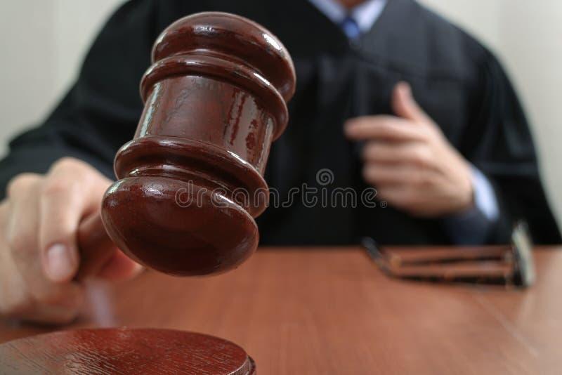 Rechtvaardigheid en wetsconcept Mannelijke rechter in een rechtszaal met de hamer royalty-vrije stock foto's