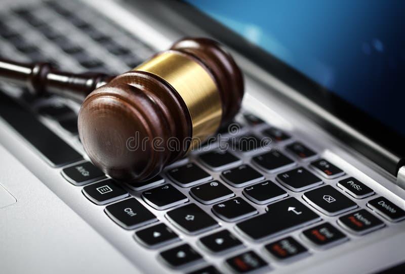 Rechtvaardigheidshamer en laptop computertoetsenbord royalty-vrije stock foto
