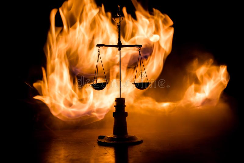 Rechtvaardigheidsschaal met donkere gestemde mistige achtergrond Het concept van de rechtvaardigheid De schaal is symbool van rec stock fotografie