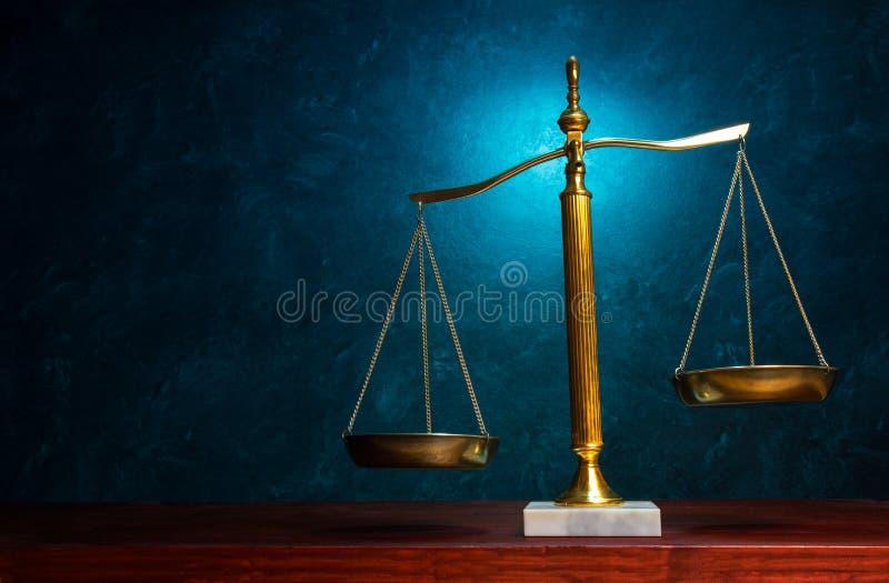 Rechtvaardigheidsschaal op blauwe achtergrond stock fotografie