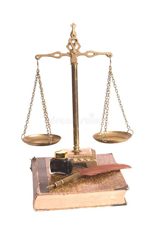 Rechtvaardigheidsschalen, veer met een inktpot en het oude boek stock afbeeldingen