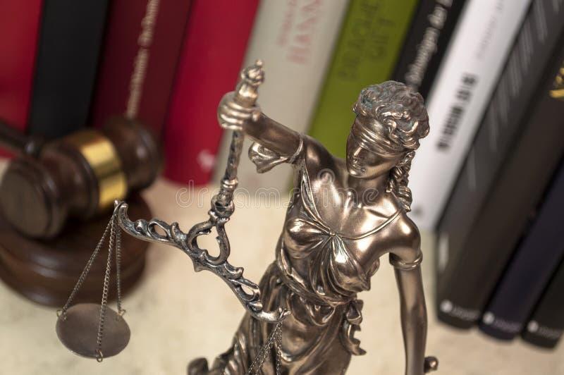 Rechtvaardigheidsstandbeeld op een bureau stock foto