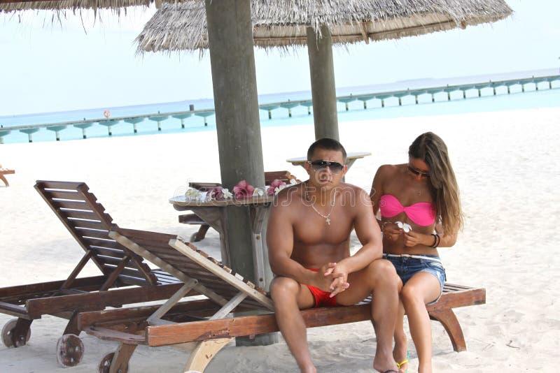 Recién casados románticos en Maldivas foto de archivo libre de regalías