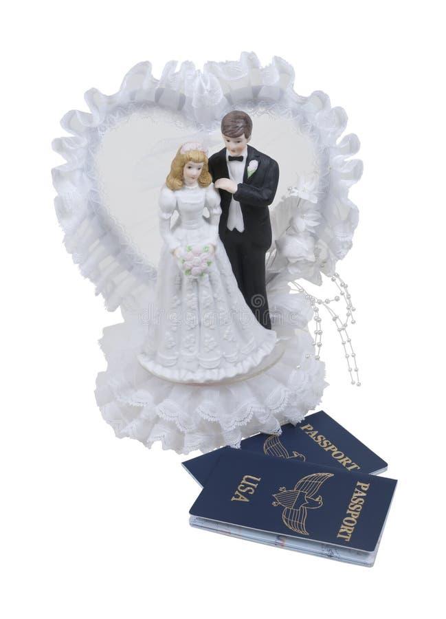 Recién casados y pasaportes fotos de archivo