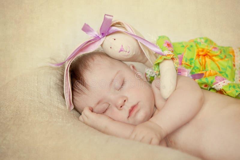 Recién nacido con dormir de Síndrome de Down fotos de archivo libres de regalías