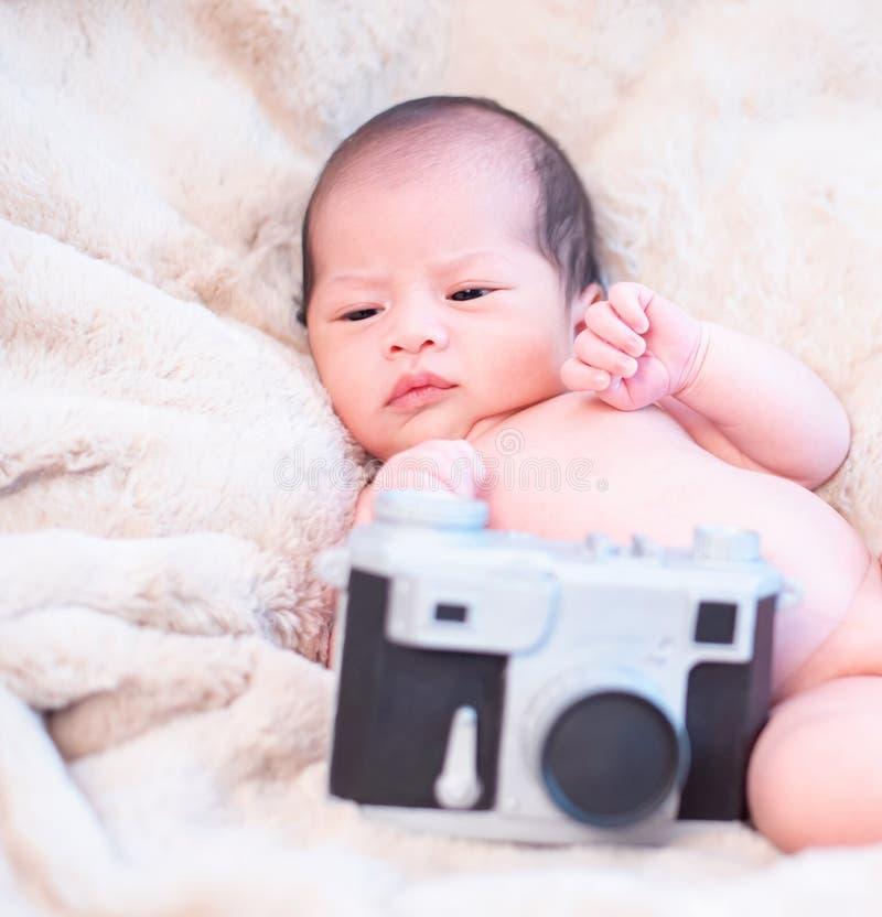 Recién nacido en Asia con juguete de cámara Muchacho encantador e hijo pequeño de padre foto de archivo libre de regalías