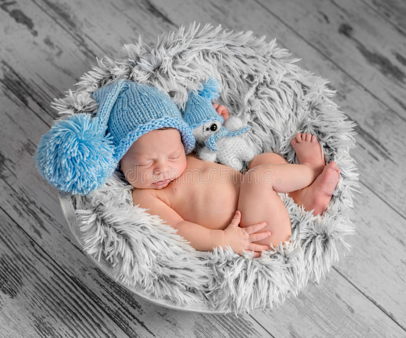 Recién nacido precioso en sombrero azul fotos de archivo libres de regalías