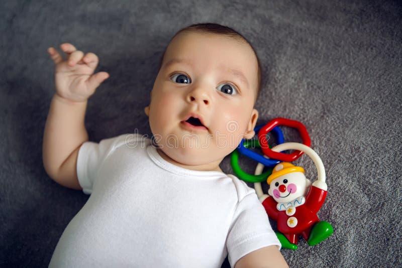 Recién nacido a tres meses que mienten en cama fotos de archivo libres de regalías