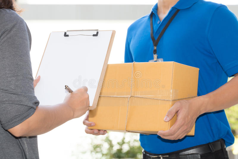 Recibo de firma de la mano de la mujer del paquete entregado Concep de la entrega foto de archivo libre de regalías