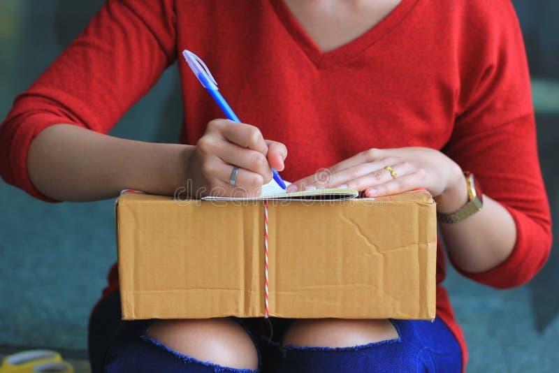 Recibo de firma de la mujer del paquete de la entrega, del envío y del concepto del servicio postal fotos de archivo libres de regalías