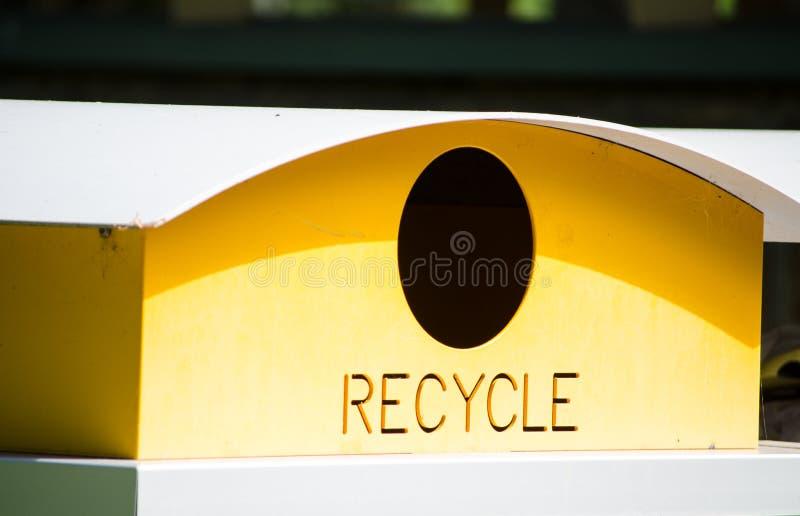 Reciclagem amarela no close-up fotografia de stock royalty free