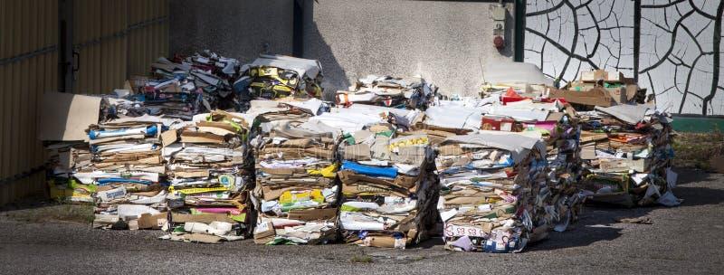 Reciclagem da coleção do panorama do lixo Um empilhamento enorme do papel e empacotamento desmontado foto de stock royalty free
