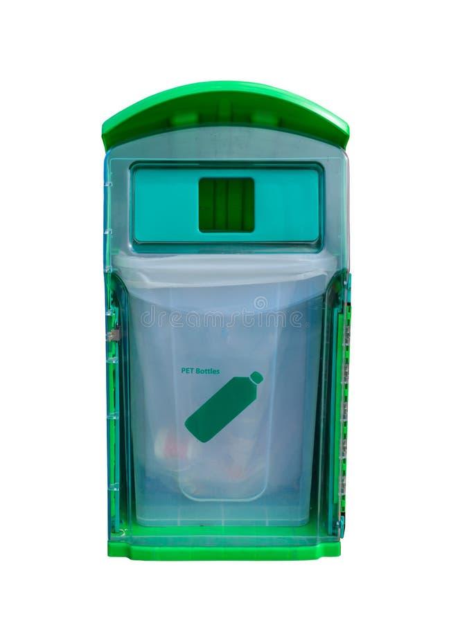 Reciclagem verde para as garrafas do ANIMAL DE ESTIMAÇÃO isoladas no fundo branco imagens de stock