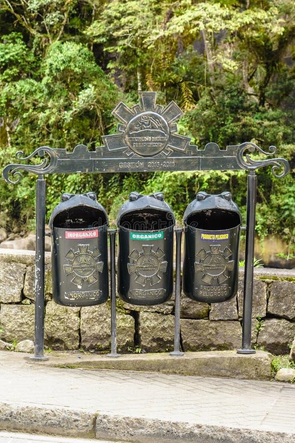 Reciclaje de compartimientos de basura en calientes de los Aguas, Cusco, Perú fotografía de archivo libre de regalías