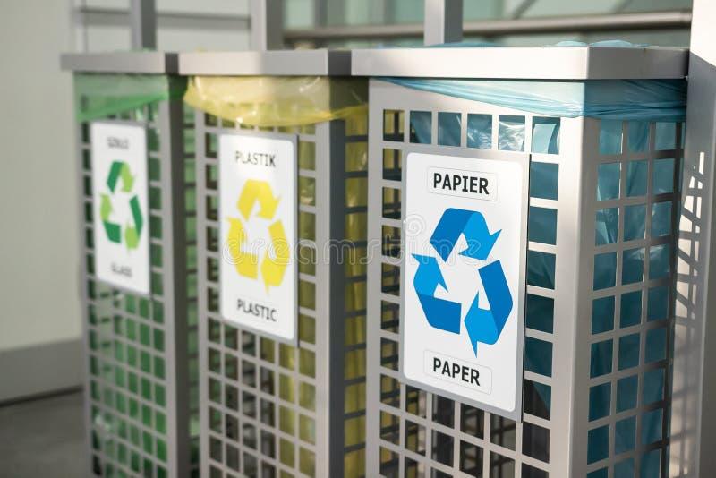 Reciclaje de concepto compartimientos para diversa basura Concepto de la gestión de desechos Segregación inútil Separación de bas foto de archivo libre de regalías