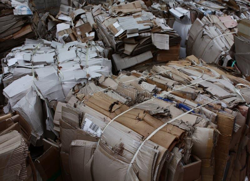 Reciclaje de la cartulina del papel usado imagenes de archivo