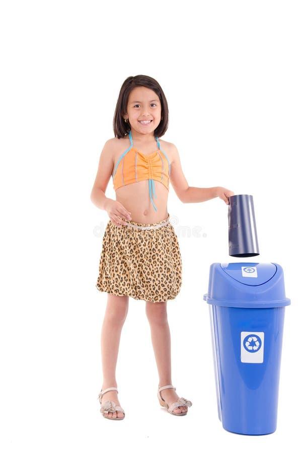 Reciclaje de la muchacha, y de la papelera de reciclaje imagenes de archivo