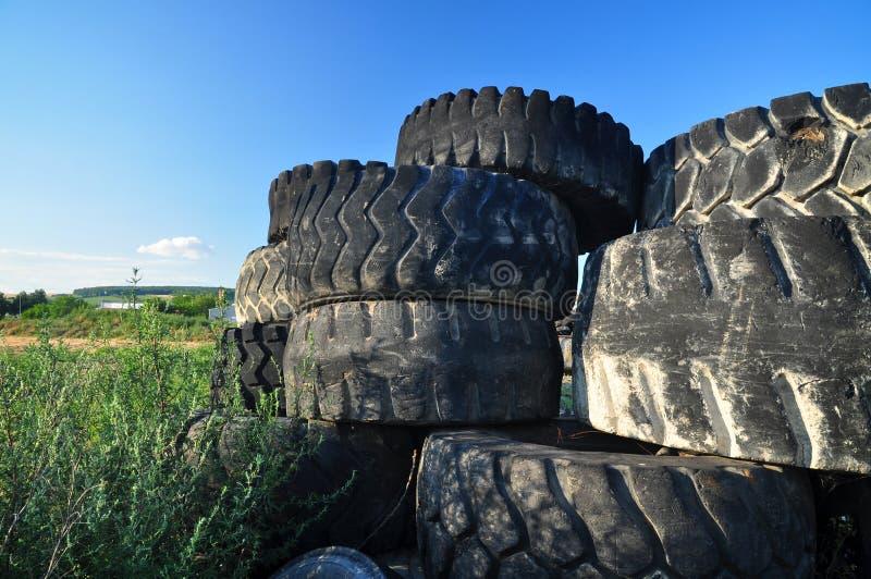 Reciclaje de los neumáticos viejos fotos de archivo libres de regalías