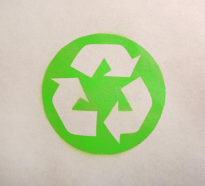 Reciclaje de símbolo en el papel de la cartulina fotos de archivo libres de regalías