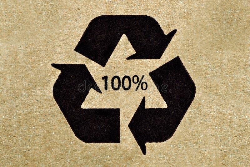 Reciclaje de símbolo en la cartulina imágenes de archivo libres de regalías