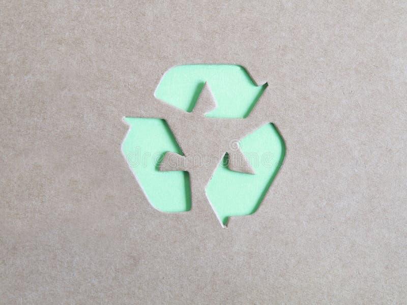 Reciclaje de símbolo en la cartulina imagen de archivo libre de regalías