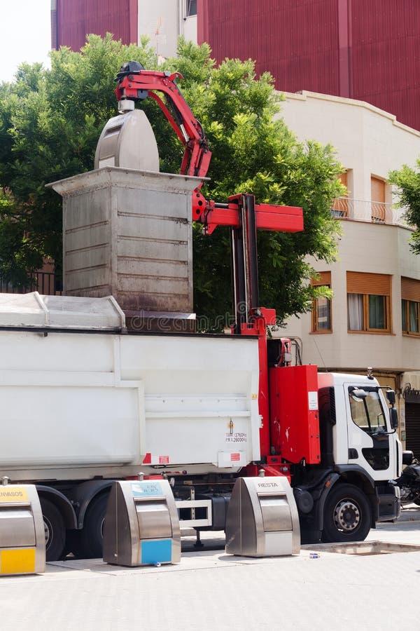 Reciclaje del camión que coge los cubos de la basura fotos de archivo