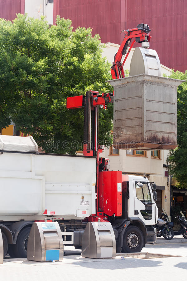 Reciclaje del camión que coge los cubos de la basura fotografía de archivo