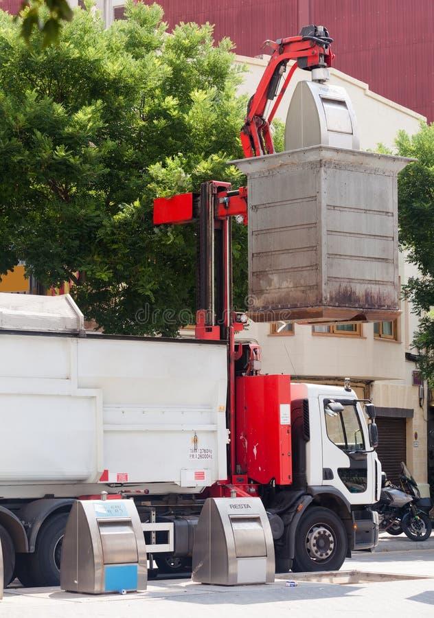 Reciclaje del camión que coge los cubos de la basura en la ciudad imágenes de archivo libres de regalías