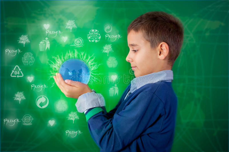 Reciclando concepto, niño pequeño que sostiene una bola de la iluminación disponible fotografía de archivo