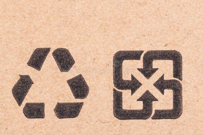 Reciclando el símbolo verde del punto frágil en la caja de cartón fotografía de archivo libre de regalías