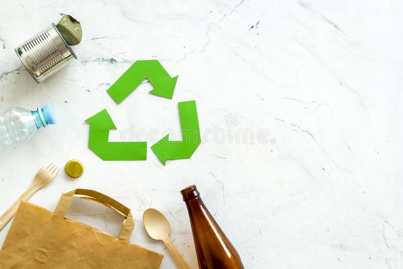 Reciclando la muestra con los materiales de desecho, bolsa de papel, botella, poder para el concepto de la ecología en la mofa de fotografía de archivo libre de regalías