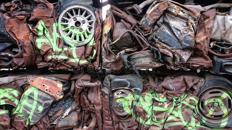 Reciclando las materias primas - coches fotografía de archivo