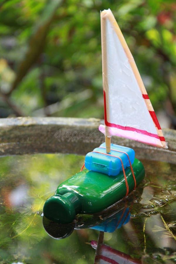 Reciclando o brinquedo das crianças fotografia de stock royalty free